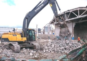Демонтаж Разборка экскаватором бетона